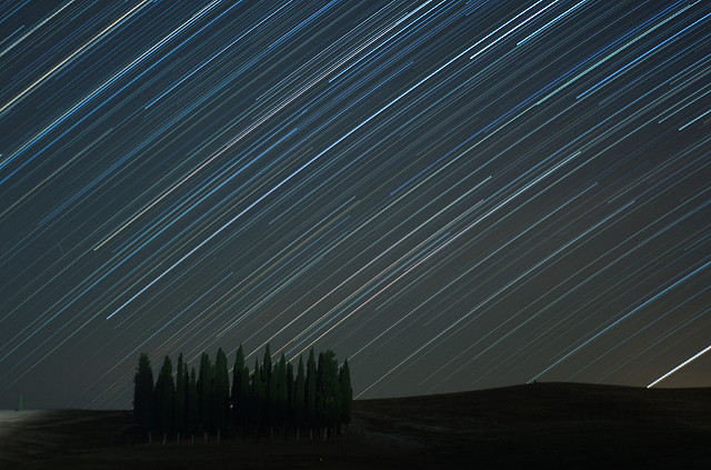 Star Trail: foto incredibile di cascata di stelle