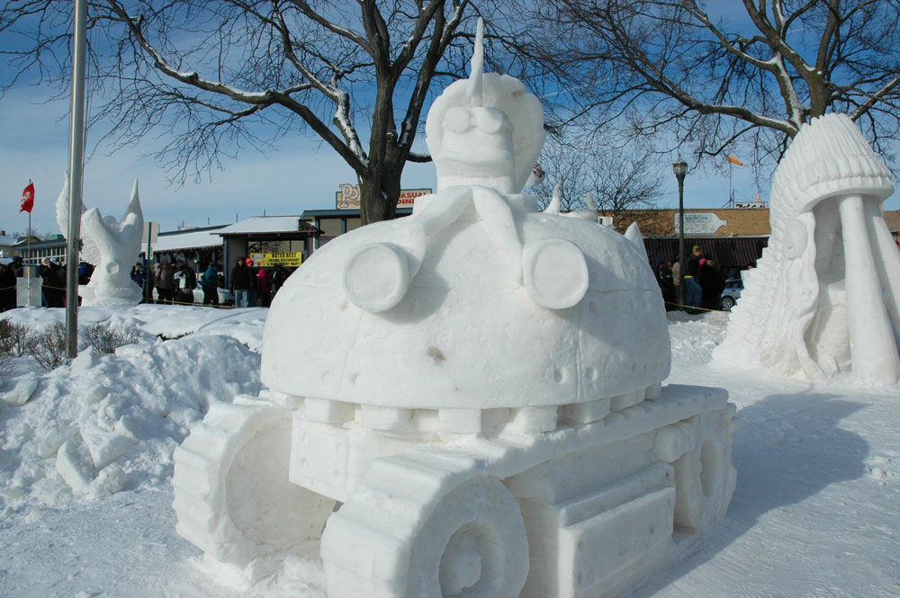Incredibile scultura di neve: un carroarmato